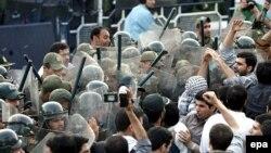 سازمان ملل از ایران خواسته است که از اذيت و آزار، ارعاب و شکنجه مخالفان سياسی و فعالان حقوق بشر دست بردارد و کسانی را که «به شکل مستبدانه و به خاطر باورهای سياسی شان زندانی شده اند»، آزاد کند.