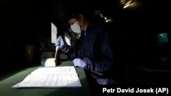 Një punëtor i kujdesit shëndetësor kryen testin për koronavirusin në Pragë, 23 prill 2020.