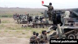 Azərbaycan artilleriyası təlimlər hərbi zamanı.