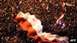 متظاهرون مصريون ضد الحكومة يحتفلون بتنحي مبارك