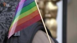 ЛГБТ-активісти і прибічники «Правого сектору» зустрілись під Оболонським судом (відео)