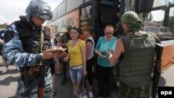 Українські солдати перевіряють документи на блокпості у Слов'янську, 29 травня 2014 року