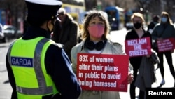 """Протест след убийството на Сара Еверард. На плаката пише: """"83% от жените променят плановете си [за присъствие] на публични места, за да избегнат тормоз"""""""