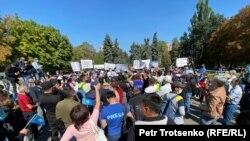 На митинге «за кредитную амнистию и против возможной передачи земель в аренду иностранцам». Алматы, 13 сентября 2020 года.