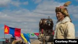 Соколиная охота на празднике в современной Монголии