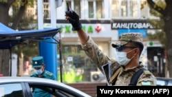 Блокпост в Ташкенте, где действуют карантинные меры. 23 июля 2020 года.
