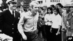 Əsirlikdən azad olunmum John S. McCain Hanoy hava limanında (1973)