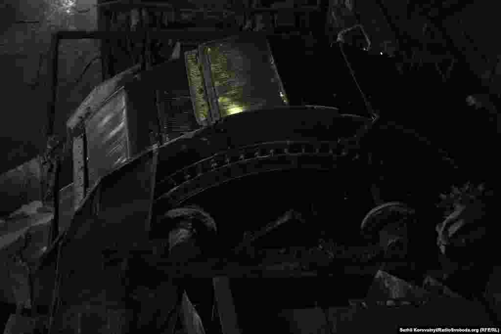На збагачувальній фабриці вугілля механічним способом сортується за сортами, і відбувається відсіювання непридатної для використання породи