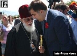 Իլիա երկրորդը եւ Միխեիլ Սահակաշվիլին Ռուս - վրացական պատերազմի երրորդ տարելիցին նվիրված միջոցառումների ժամանակ, Թբիլիսի, 8-ը օգոստոսի, 2011թ.