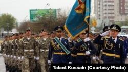 Қазақстанның әскери-теңіз флоты мерекесінде сап түзеген әскерилер. Ақтау, 2013 жылдың сәуірі.