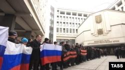 25 лютого під Верховною Радою Криму відбувся проросійський мітинг. 26 лютого водночас відбувалися мітинги за територіальну єдність України і ха приєднання Криму до Росії