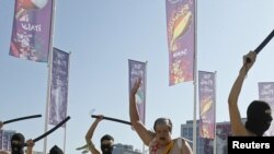 «Цнотливе фото» з протесту. Найдебеліша дівчина зображає Лукашенка