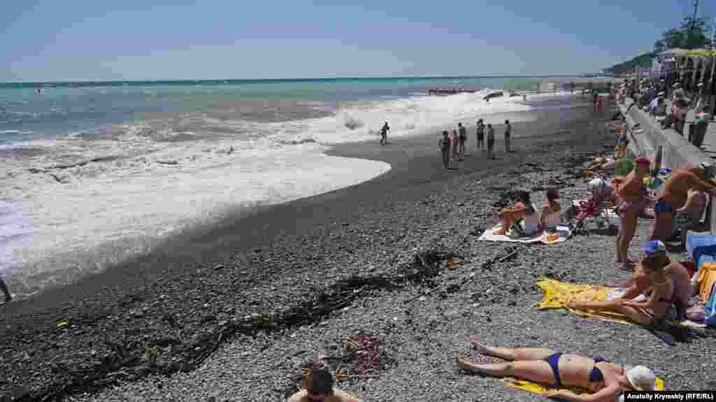 Немалочисленные пляжники оказались в окружении «даров» моря