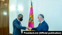 Ambasadorul SUA în R. Moldova, Dereck J Hogan și președintele R. Moldova, Igor Dodon.