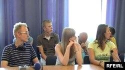 Студенти-волонтери слухають пердставників єврейської громади