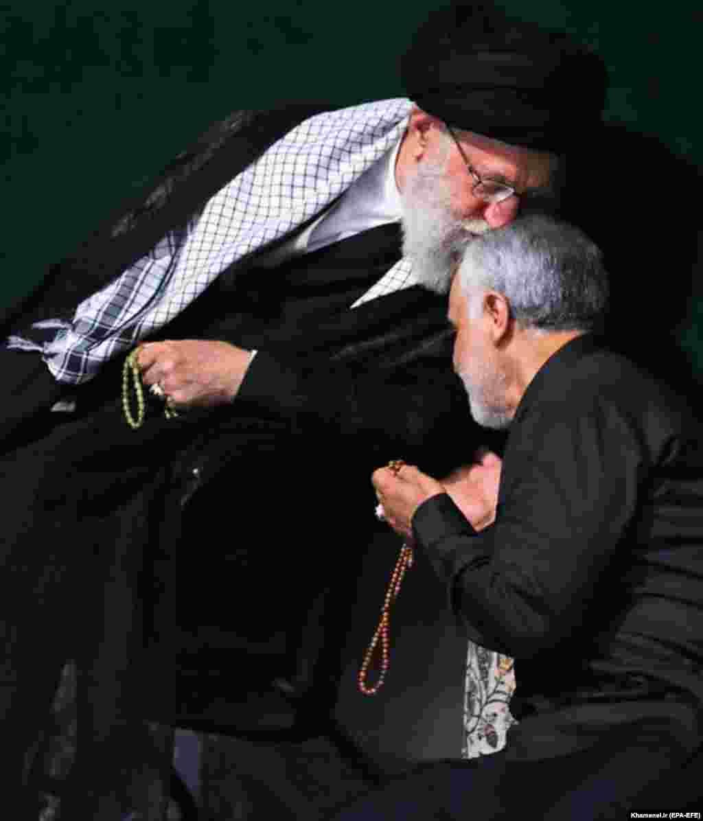 """Касем Сулеймани возглавил """"Аль-Кудс"""" в 1988 году. Эти спецчасти считаются внешнеполитическим подразделением Корпуса Стражей Исламской революции. Деятельность Сулеймани распространялась, например, на такие страны, как Ливан, Йемен, Сирия и Ирак, где он и был убит."""