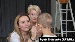 Кира Ударцева (в центре), визажист Надежда Кармышева (слева) и Раяна Амирхан. Алматы, 13 апреля 2018 года.