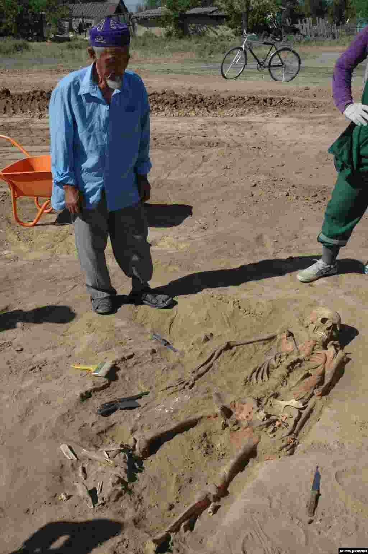 Стариков все меньше. Это фото я сделал во время раскопок сарматских гробниц посреди села Жиренкопа Актюбинской области. Во время раскопок было много зевак. Может и этот старик думал про себя, что когда-нибудь и от нас останутся только кости. Прислал Галымжан Киясбек.