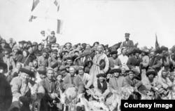 Жетісудың аңшы қазақтары. 1913 жылғы «Фольбаум альбомындағы» Павел Лейбин түсірген фото.
