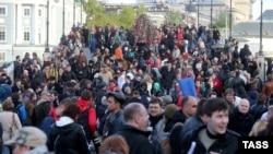 """Шествие в Москве в годовщину """"Марша миллионов"""" на Болотной площади. 6 мая 2014 года."""