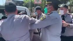 Polis Təhsil Nazirliyi önündə etirazı dağıtdı