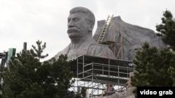 Фрагмент копии памятника Сталину в Праге, возведенный для съемки кино. Май 2016 года.