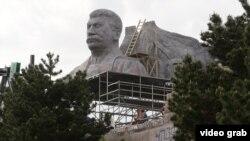 """Макет памятника Сталину, построенный для съемок фильма """"Монстр"""""""