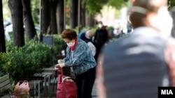 Граѓани со заштитни маски за лице во Скопје