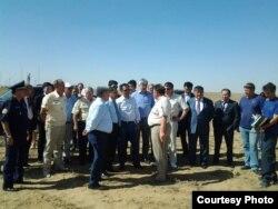 Зымыранның құлауына байланысты құрылған мемлекеттік комиссия өкілдері Байқоңырды аралап жүр. Қызылорда облысы, 31 шілде 2013 жыл.