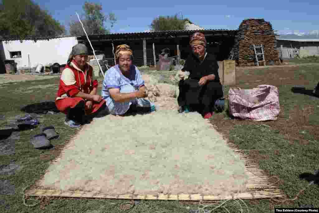 Cуусамыр - Производство войлока и его использование на Суусамыре это не дань туризму, а каждодневный быт. Фото Тины Эшиевой