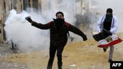 Полиция шерушілерге қарсы көзден жас ағызатын газ қолданды. Тахрир алаңы, Каир, 25 қаңтар 2013 ж.