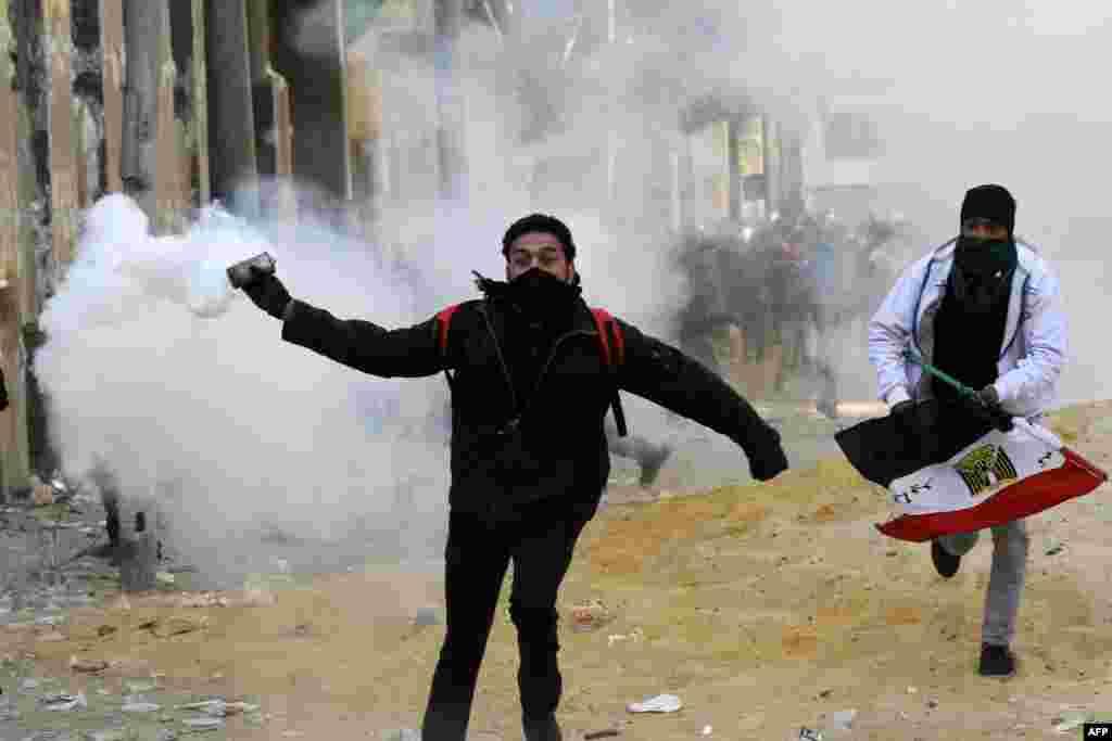 Misirdə yeni toqquşmalarda onlarla adam həlak olub. Yanvarın 25-də paytaxt Qahirədə tahrir Meydanında aksiyaçı onlara atılan göz yaşardan qaz qutusunu geri qaytarır.