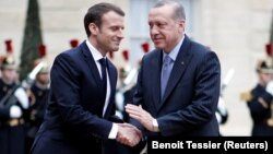 Emmanuel Macron 2018-ci ildə Recep Tayyip Erdoğanı Yelisey sarayında salamlayarkən