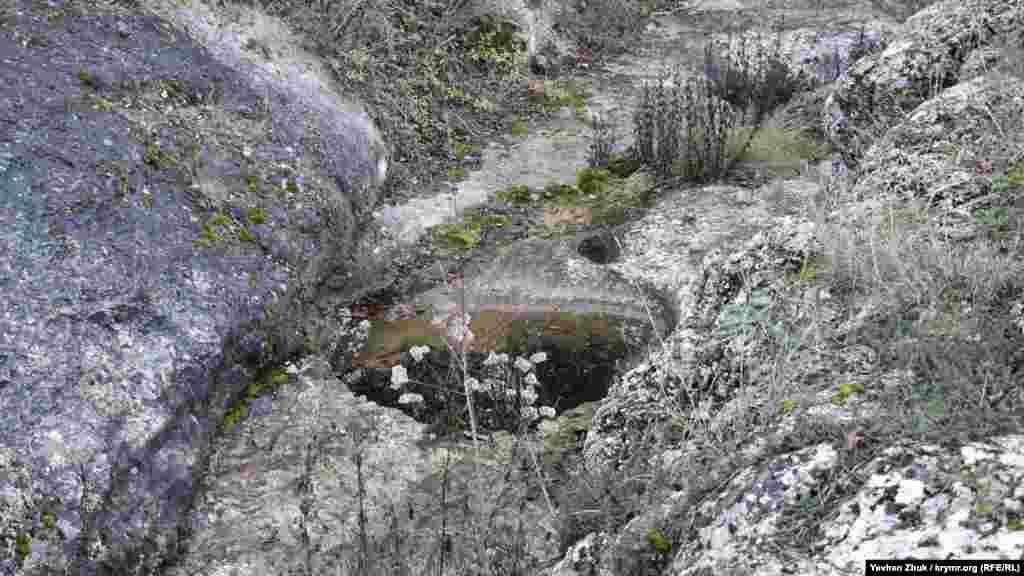 Струмок, що живить водоспад, зараз повністю пересох