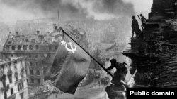 Фотография под названием «Знамя Победы над Рейхстагом». Берлин, 1945 год.