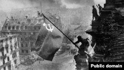 """""""Рейхстагдын үстүнө сайылган туу"""" аттуу сүрөт. Берлин, 1945 жыл."""