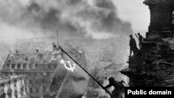 Змонтована фотографія Халдея «Встановлення прапора над Рейхстагом»