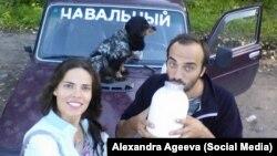 Оппозиционный активист Михаил Бонч-Осмоловский, его собака Эра и фотограф Александра Агеева во время агитационной кампании в Костромской области