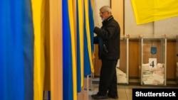 Голосування на одній з виборчих дільниць Києва. 25 жовтня 2015 року