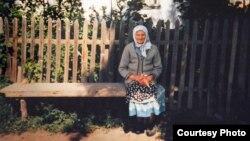 Мать Леонтина Креницкого около своего дома в селе Горькое.