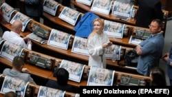 На місцях новообраних депутатів Верховної Ради лежить видання «Дзеркало тижня», 29 серпня 2019 року