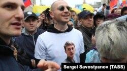 Рэпер Oxxxymiron в футболке с портретом Егора Жукова