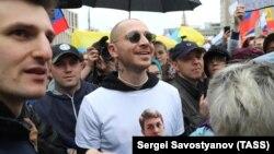 Рэпер Оксимирон (в центре) во время акции в поддержку независимых кандидатов в депутаты Мосгордумы