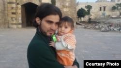 Abdulkafi Alhamdo cu fetița lui, Lamar, de 11 luni