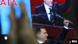 Nikola Gruevski gjatë një tubimi me simpatizuesit në Shkup.