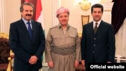 بارزاني يتوسّط مستشار مجلس الأمن الجديد مسرور بارزاني (يمين) ونائبه خسرو كول