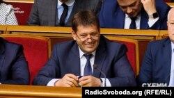 Вираз обличчя Володимира Кістіона після відповіді на обурені запитання у залі парламенту про візит на форум у Монако