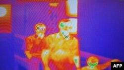 Cakarta aeroportunda sərnişinlər hərarət monitorundan keçirlər, 28 aprel 2009