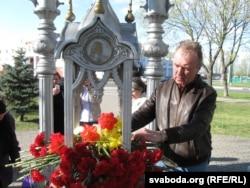 Юры Варонежцаў ускладае кветкі ў гадавіну чарнобыльскай катастрофы