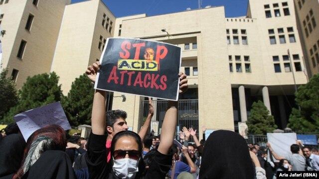 تجمع خودجوش مردمی در تهران در اعتراض به اسیدپاشی